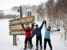 happy_japan_skiers